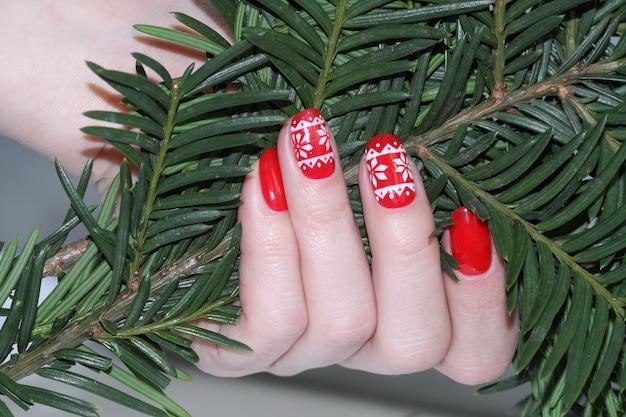 Czerwony manicure noworoczny