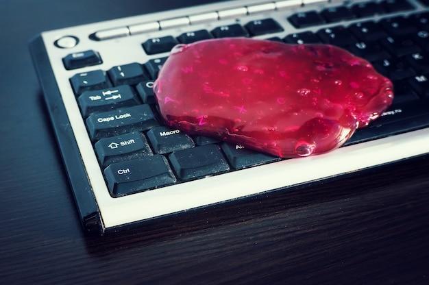 Czerwony miękki żel do czyszczenia pyłu. czyszczenie klawiatury komputera.