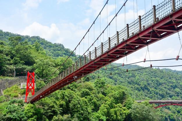 Czerwony most wiszący lub most wiszący w dolinie