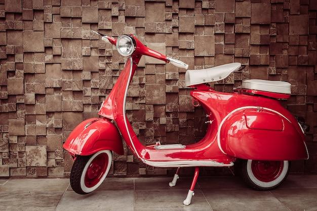 Czerwony motocykl rocznika