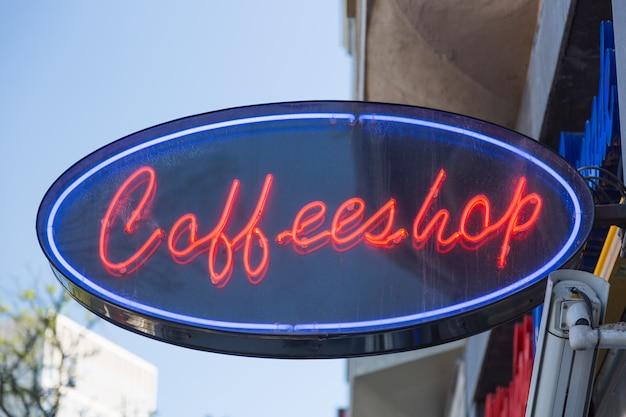 Czerwony neonowy znak coffeeshop sklep z kawą w amsterdam, holandie.