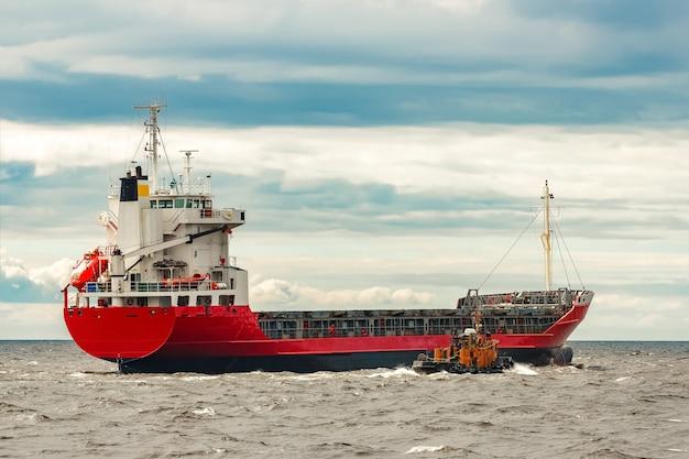 Czerwony nowy statek towarowy przenosi się za granicę. eksport produktów w europie