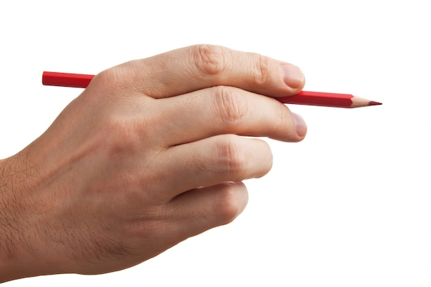 Czerwony ołówek w ręku na białym tle