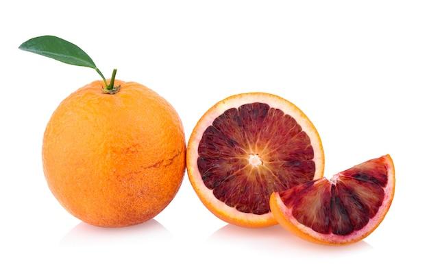Czerwony owoc pomarańczy krwi na białym tle