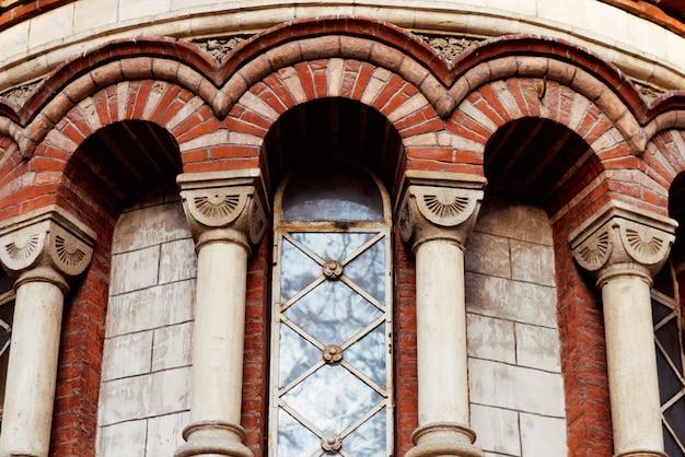 Czerwony pantelimon kościół w kiszyniowie mieście w jesieni