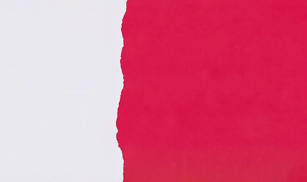 Czerwony papier artystyczny nakładający się i łzawiący do projektowania.