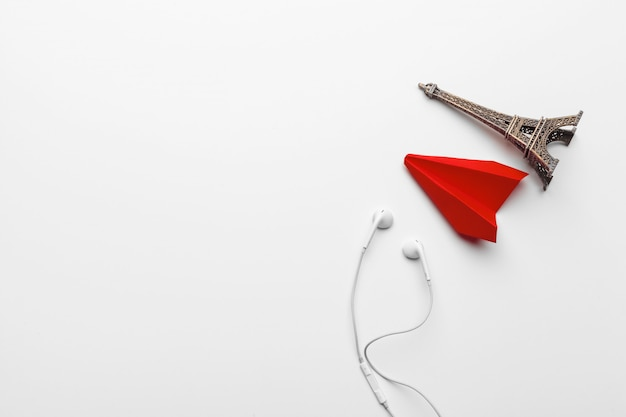 Czerwony papierowy samolot origami i wieża eiffla