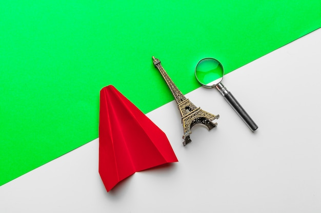 Czerwony papierowy samolot origami. koncepcja transportu i biznesu