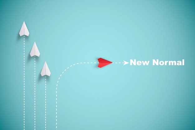 Czerwony papierowy samolot poza linią z białym papierem, aby zmienić zakłócenie i znaleźć nowy normalny sposób na niebieskim tle. podnieś kreatywność i nowy biznes, aby odkryć innowacyjną technologię.