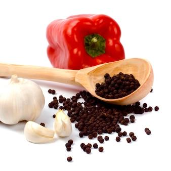 Czerwony papryki, czosnku i czarnego pieprzu zbliżenie na białym tle