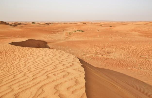 Czerwony piasek pustyni w pobliżu dubaju