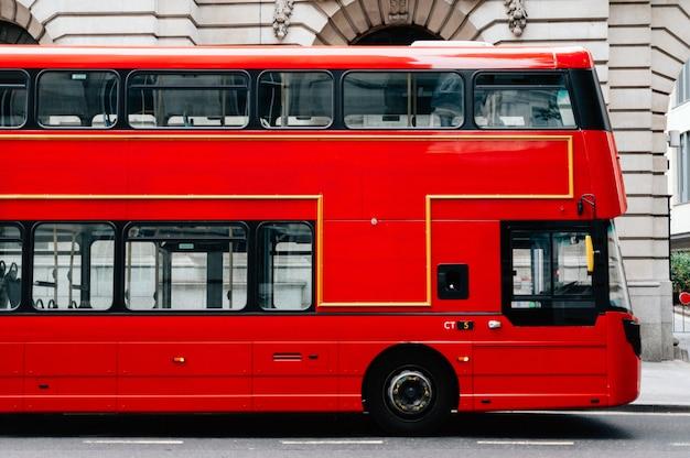 Czerwony piętrowy autobus w londynie