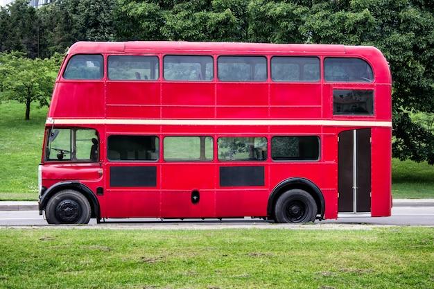 Czerwony piętrowy autobus zaparkowany w mieście
