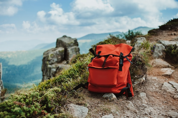 Czerwony plecak na szczycie góry