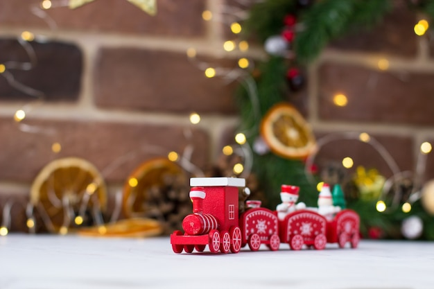 Czerwony pociąg na ozdoby świąteczne