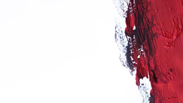 Czerwony pociągnięcie pędzla na białym tle