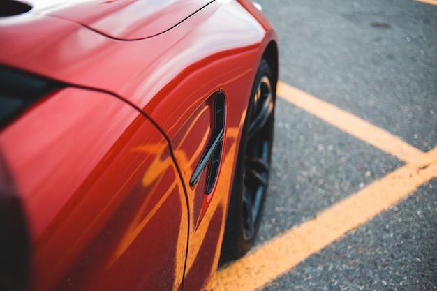 Czerwony pojazd na parkingu
