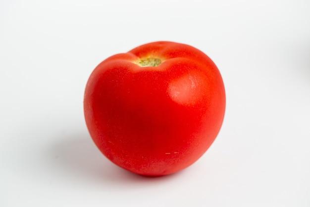 Czerwony pomidor na białym tle