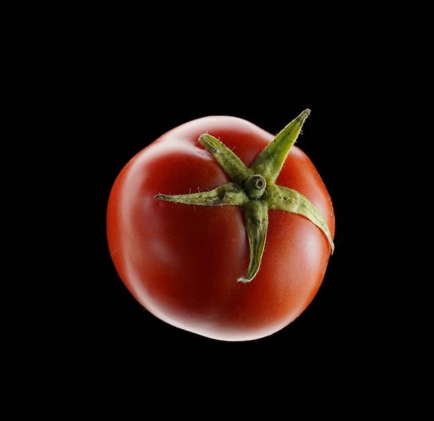Czerwony pomidor na ciemnym tle.