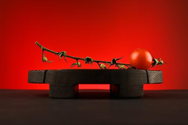 Czerwony pomidor na czerwonym tle