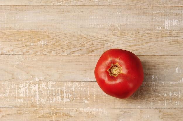 Czerwony pomidor na drewnianym
