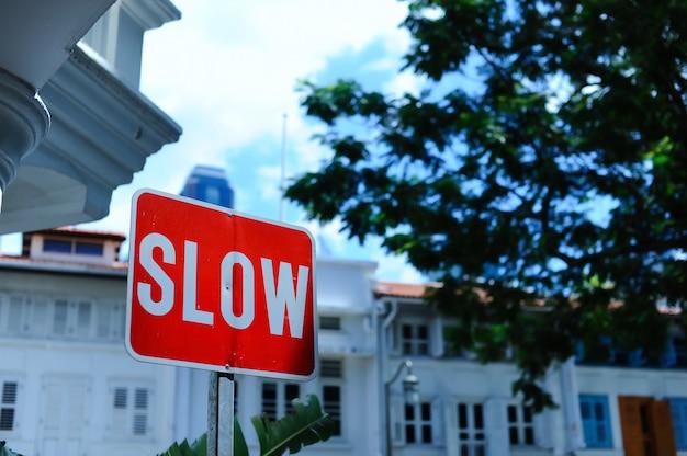 Czerwony powolny znak na drodze