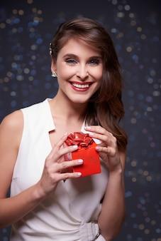 Czerwony prezent i elegancka kobieta