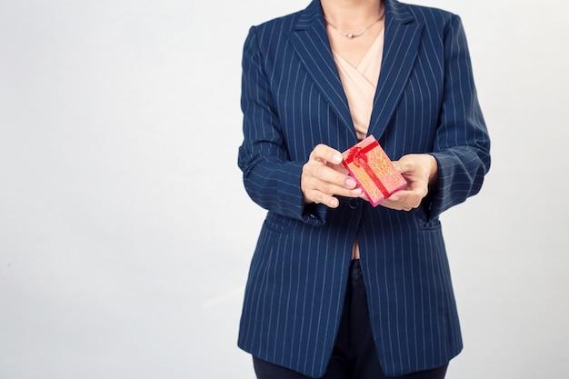 Czerwony prezenta pudełko od biznesowej kobiety