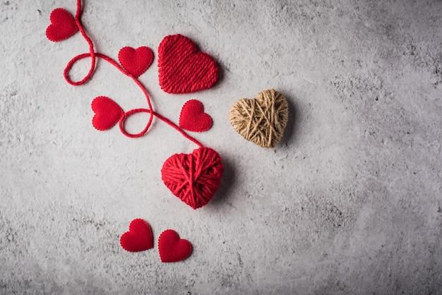Czerwony przędzy serce kształtował na ściennym tle