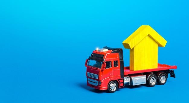 Czerwony przewoźnik ciężarówek z żółtą figurą domu firma przeprowadzkowa