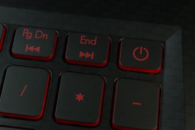 Czerwony przycisk zasilania na klawiaturze laptopa obrazu.