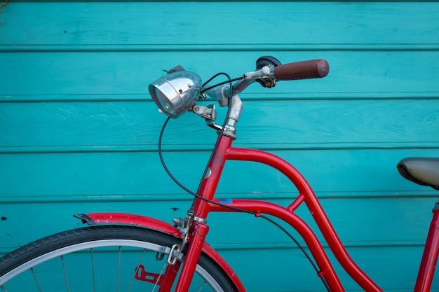 Czerwony rocznika bicyle parking na błękitnej drewnianej ścianie