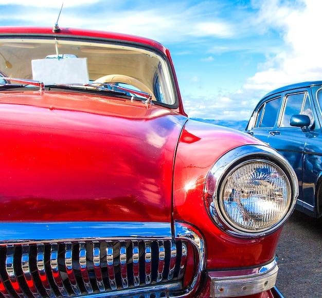 Czerwony rocznika samochód na festiwalu starzy samochody