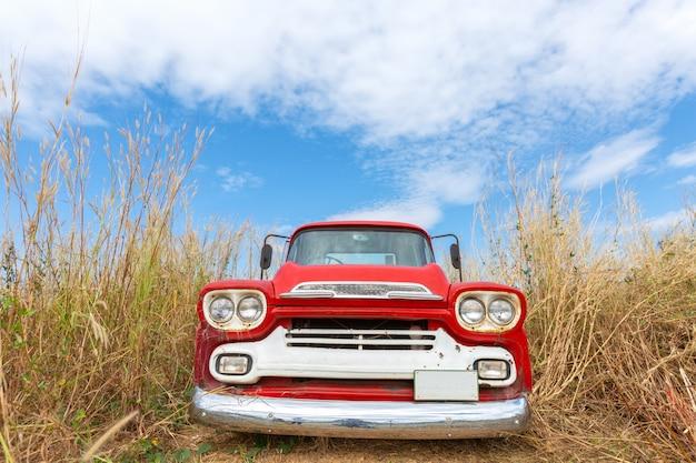 Czerwony rocznika samochód z niebieskim niebem