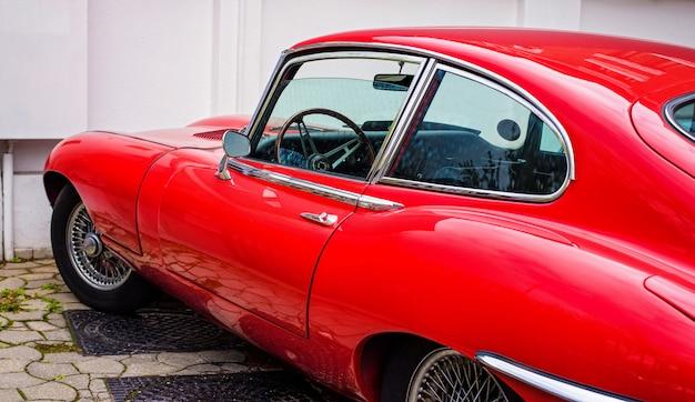 Czerwony rocznika samochód