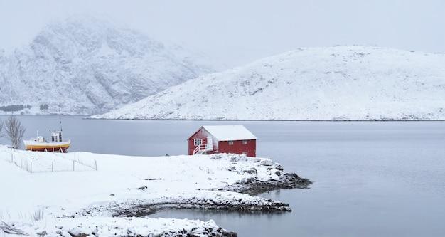 Czerwony rorbu dom w zimie, lofoten wyspy, norwegia