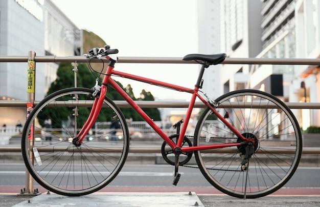 Czerwony rower z czarnymi detalami