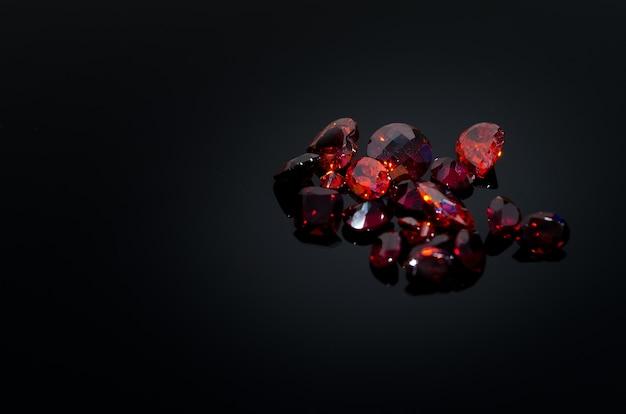 Czerwony rubin na stole z powrotem połysk