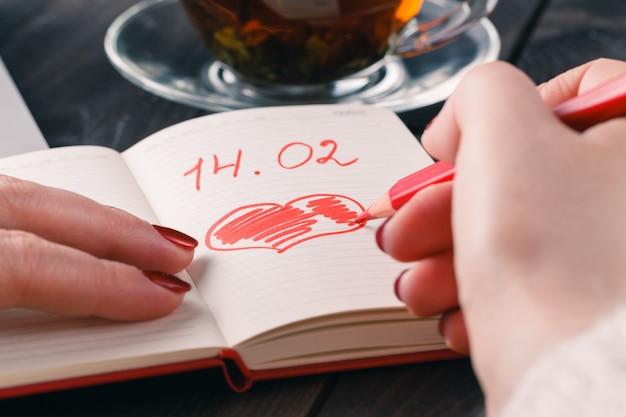 Czerwony rysunek ołówkiem miłości serca