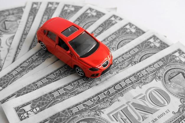 Czerwony samochód na dolara amerykańskiego