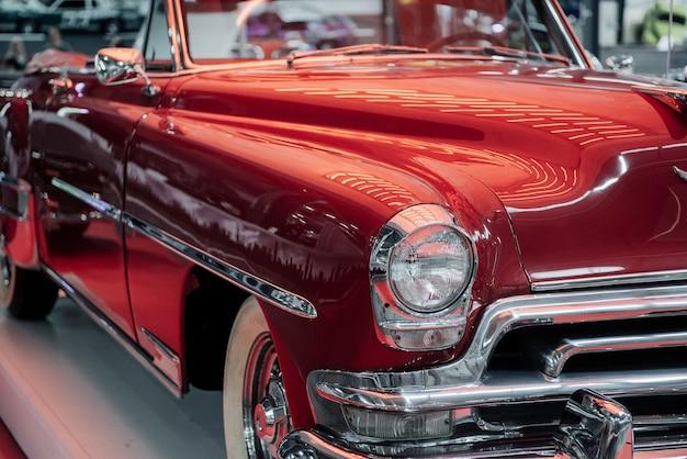 Czerwony samochód retro w kolorze wiśni na wystawie pojazdów