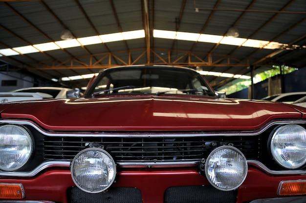 Czerwony samochód w garażu dla niewyraźne obrazy tła