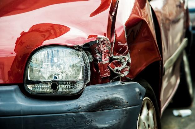 Czerwony samochód wypadku