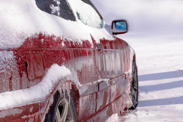 Czerwony samochód z lodem