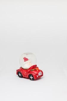 Czerwony samochód z santa na białym tle