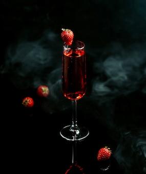 Czerwony sangria z truskawką na stole