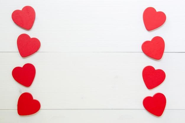 Czerwony serce z miłością na drewnianym tle
