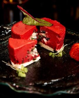 Czerwony sernik wypełniony jagodami