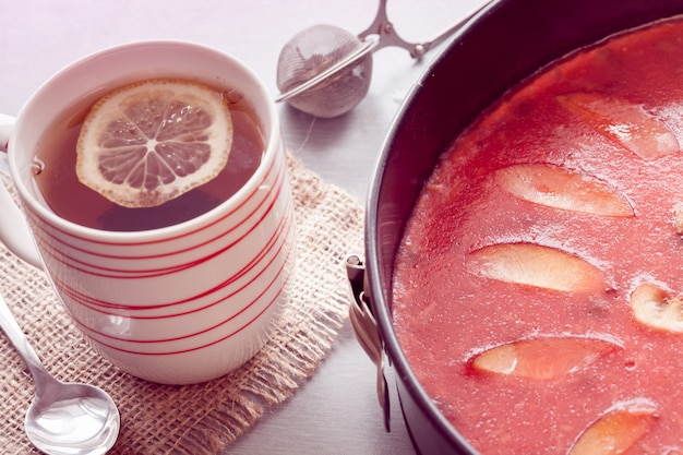 Czerwony sernik z herbatą