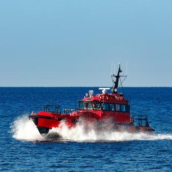 Czerwony statek pilotowy wypływający z morza bałtyckiego